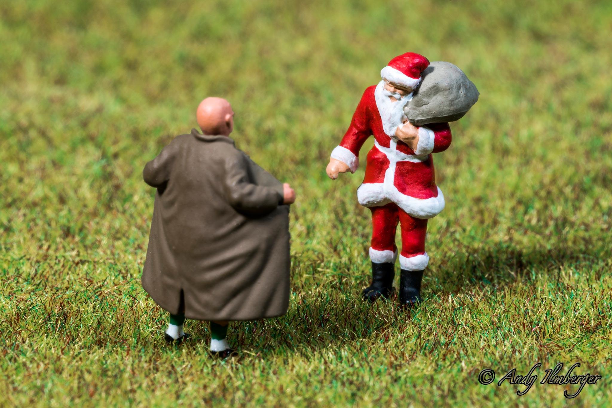 Exhibitionist versus Weihnachtsmann - H0-Figuren in Szene gesetzt von © Andy Ilmberger im Kleine-Helden.Club