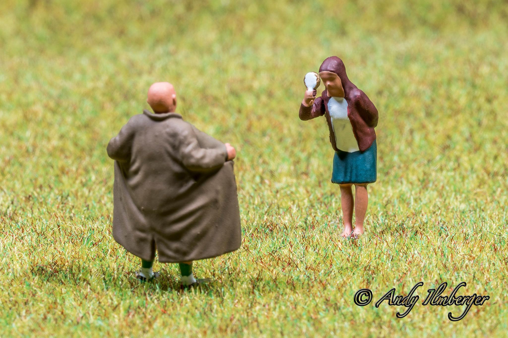 H0-Helden - Exhibitionist vor Mädchen - H0-Figuren in Szene gesetzt von © Andy Ilmberger im Kleine-Helden.Club