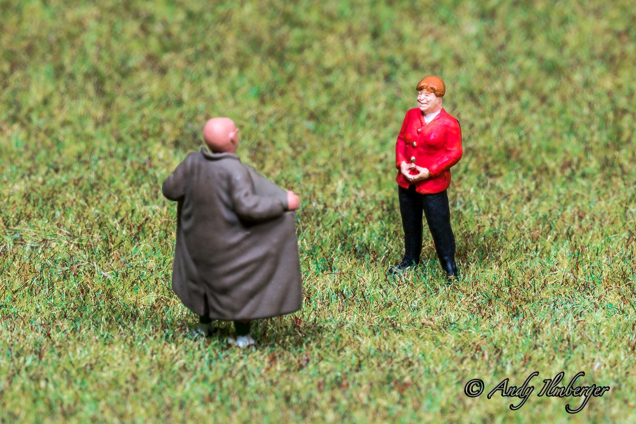 H0-Helden - Exhibitionist und die Kanzlerin - H0-Figuren in Szene gesetzt von © Andy Ilmberger im Kleine-Helden.Club