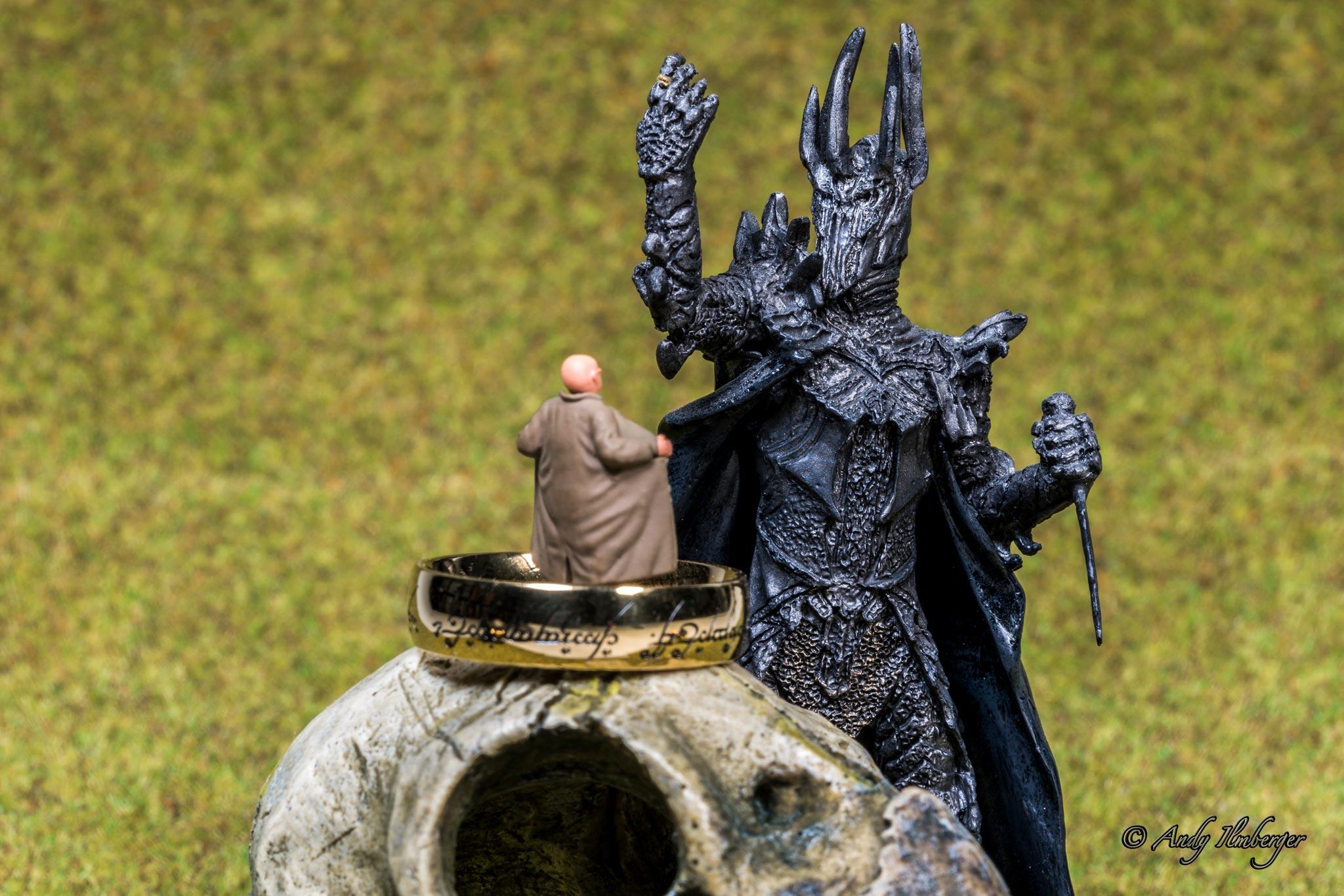 H0-Helden - Exhibitionist versus Sauron - H0-Figuren in Szene gesetzt von © Andy Ilmberger im Kleine-Helden.Club