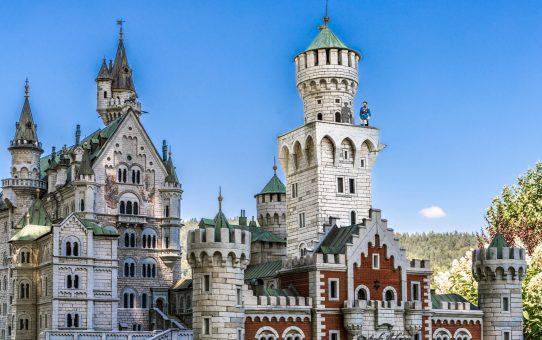 Kleiner Kini auf seinem Schloss Neuschwanstein
