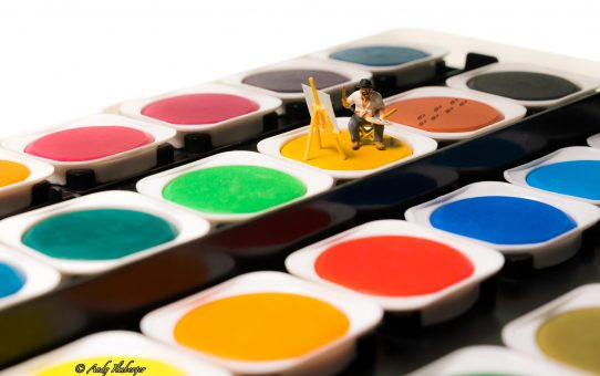 Kleiner Maler sitzt im Malkasten
